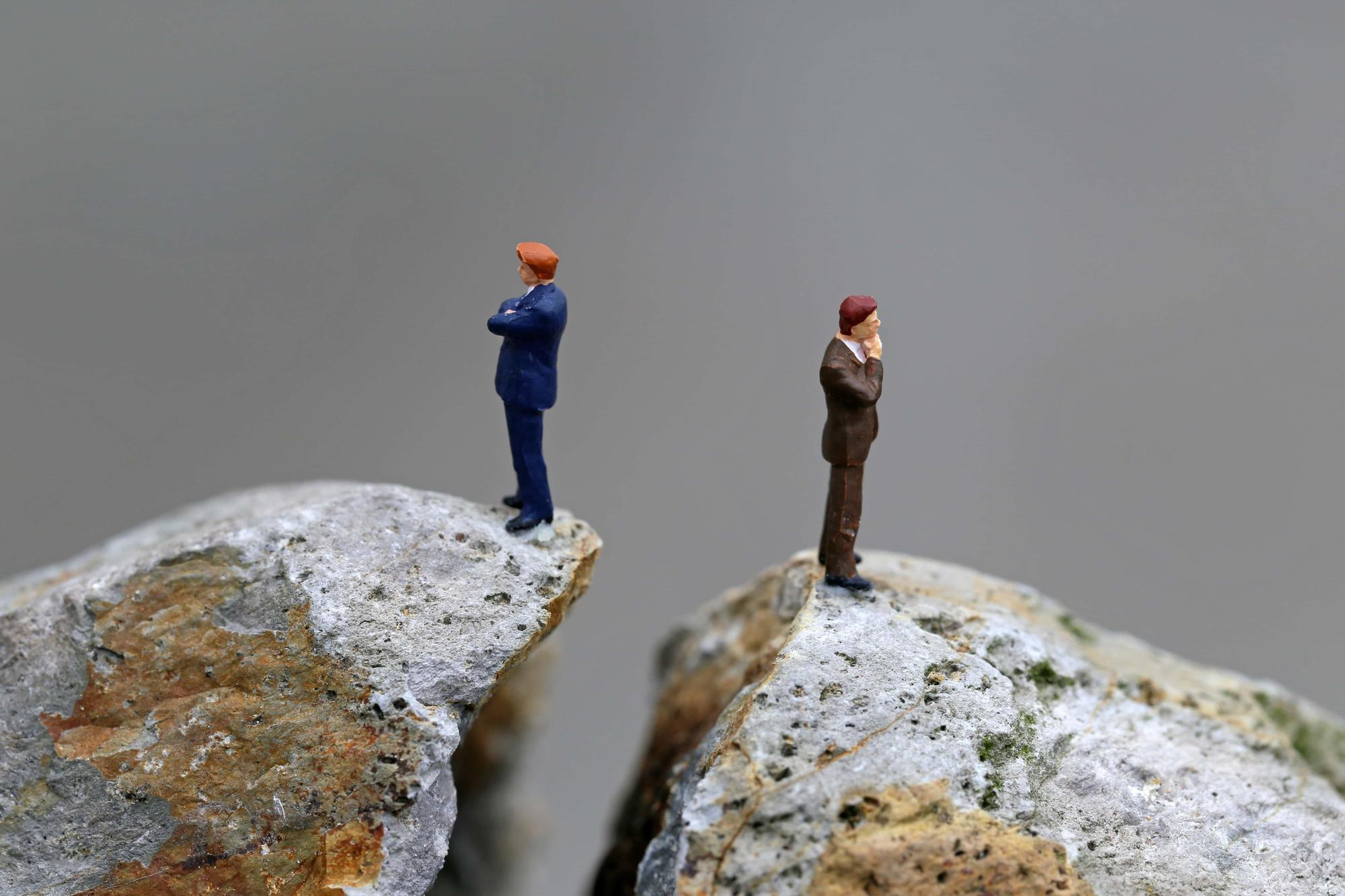 営業VSエンジニア~対立の理由&対立を解消するには?